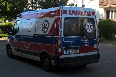 Ambulans - karetka - pogotowie ratunkowe - na sygnale - SF