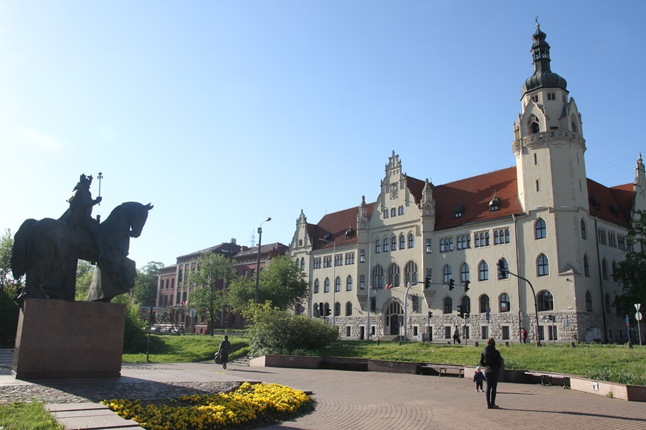 Bydgoszcz_ Pomnik Kazimierza Wielkiego_ Wały Jagiellońskie - Sąd Okręgowy, Sąd Rejonowy - SF