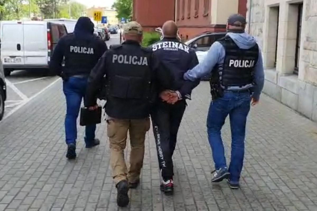 policja_ narkotyki_ zatrzymany_ doprowadzenie do sądu - KWP Bydgoszcz