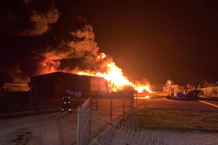 6-09-2020_pożar hali przemysłowej_Trzeciewiec_OSP Dobrcz-1