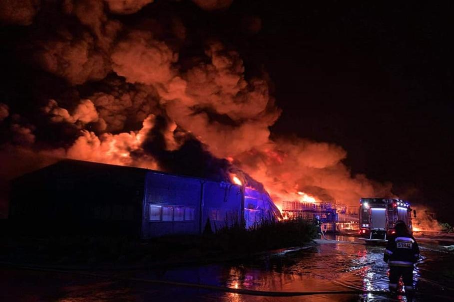 6-09-2020_pożar hali przemysłowej_Trzeciewiec_OSP Dobrcz